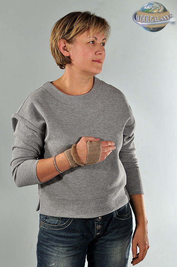 Elastic bandage for the hand, containing camel's wool